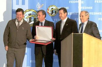 Entrega de la Placa de Honor de la FEDME a Antonio cosculluela
