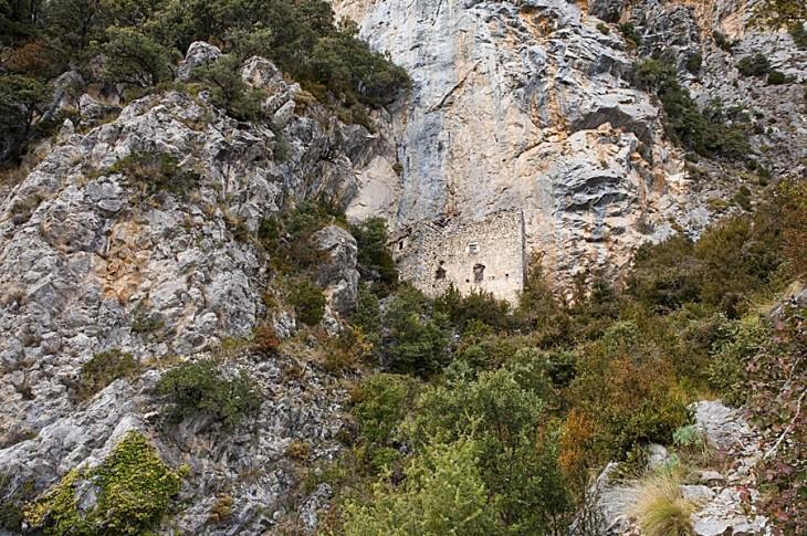La ermita en su oculto enclave rocoso.