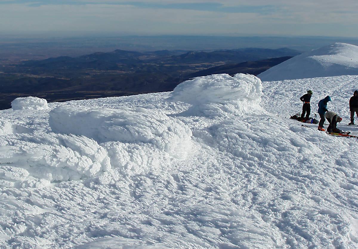 Nieve esculpida por la fuerza del viento en la cima del Moncayo.