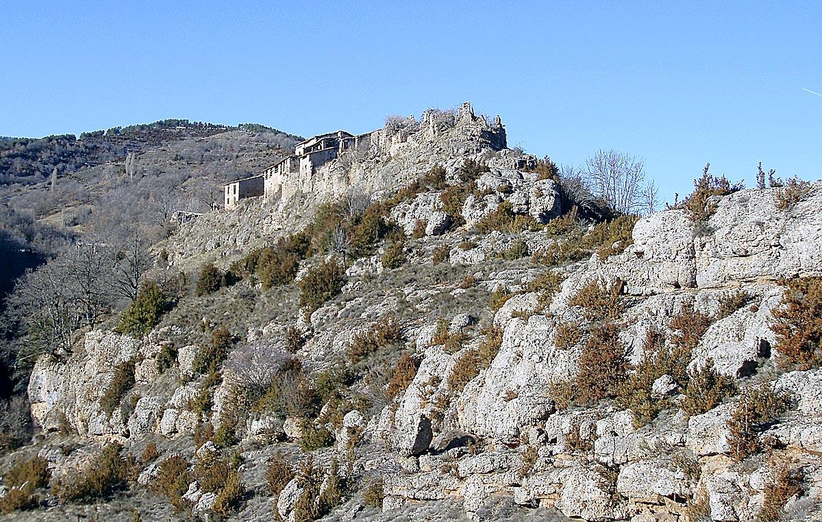 El caserío encaramado en la roca de Obis.