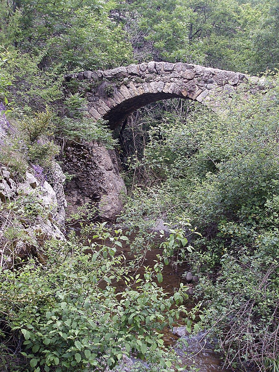 Puente de piedra en el camino hacia Betesa.