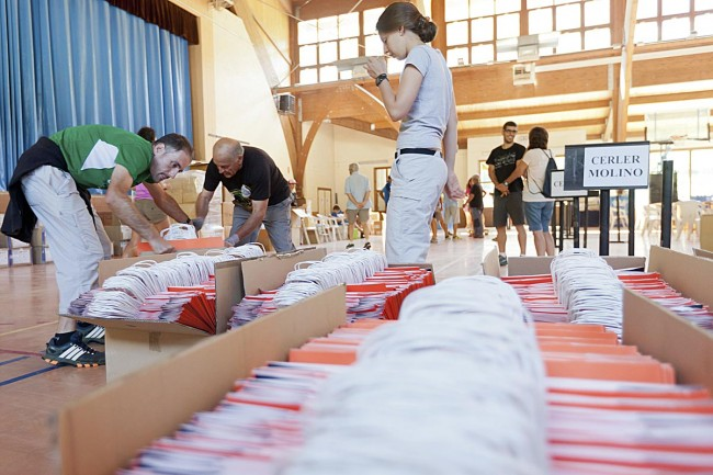 Preparación de bolsas de corredores, pabellón de Benasque.
