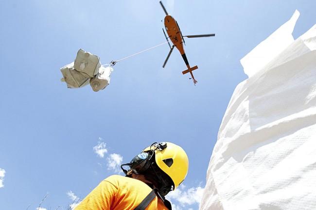 Tansporte  de avituallamiento en helicópteroa los refugios.