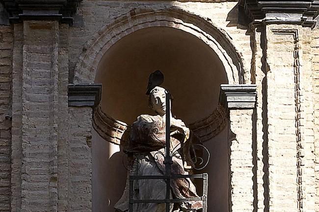 Imagen de san Lorenzo en la portada de la iglesia homónima en Huesca (foto: J. Romeo-Archivo Prames).