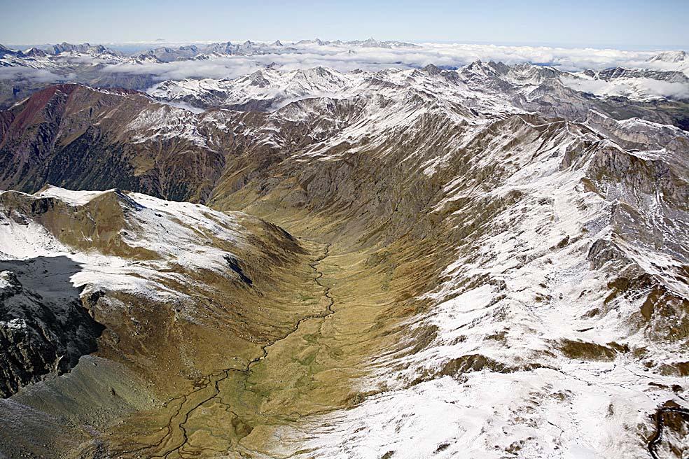 Vista aérea de la Canal Roya y de los Pirineos (foto: Javier Romeo-ARchivo Prames).