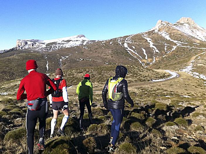 Gorro, guantes, ropa de abrigo... especialmente en invierno y en alta montaña.