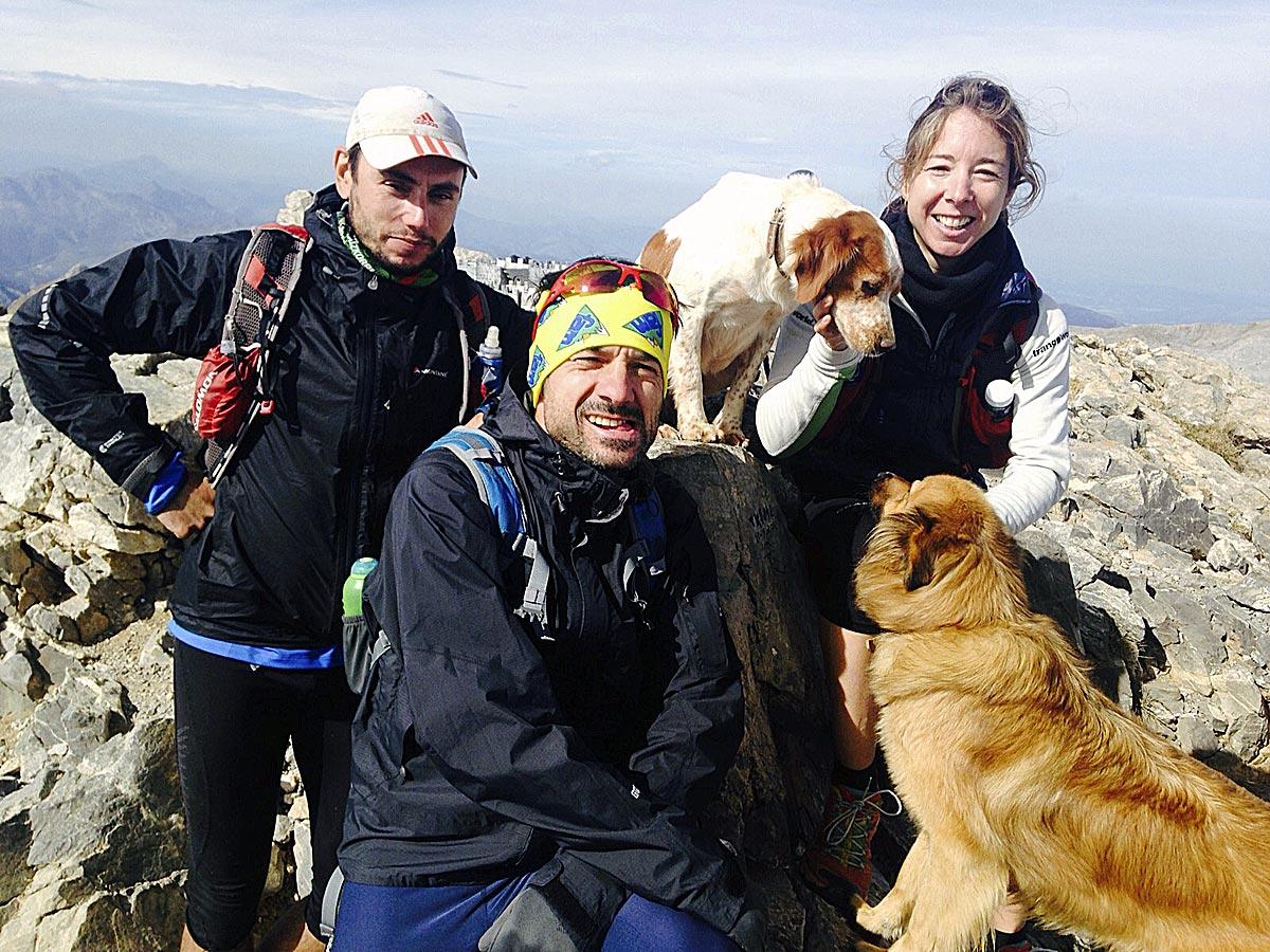 En la montaña, mejor con compañía y...bien equipados (en la imagen: gorra, bastones, gafas de sol, mochila, botellines de hidratación, ropa térmica,impermeable...).