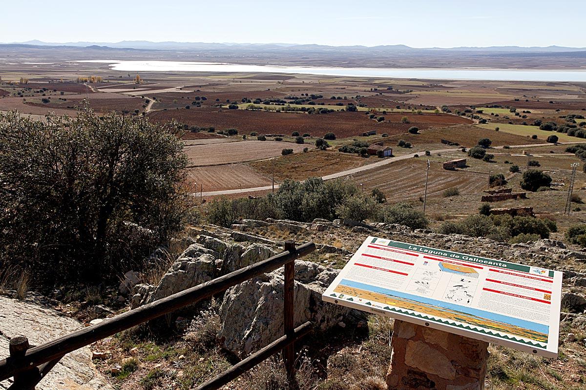 La laguna desde el mirador del castillo de Berrueco.