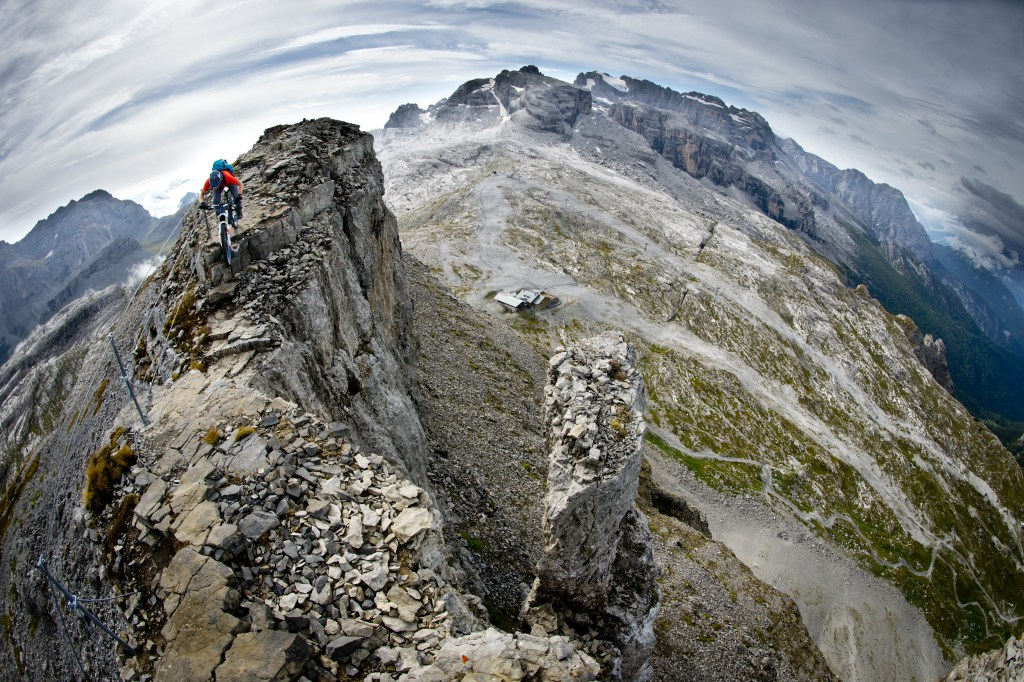 "Imagen del filme ""Via ferrata on a mountain bike""."