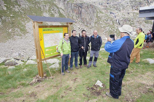 Un recuerdo junto al panel de los Senderos Turísticos GR 11 / GR 11.5.