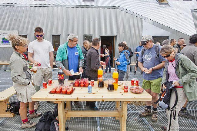 Otra imagen de la terraza del refugio durante el almuerzo.