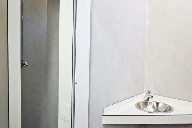 Cada habitación cuenta con baño y ducha (foto: Fernando Garcés-Prrames).