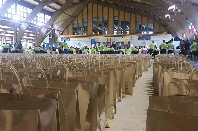Preparación de las bolsas de corredores en el pabellón de Benasque.