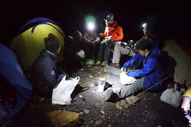 Voluntarios pasando la noche en la Tuca d'Estiba Freda. Fotos: ADRIANA BARA.