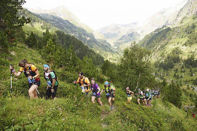Corredores y corredoras de la Maratón de las Tucas por el valle de Estós.