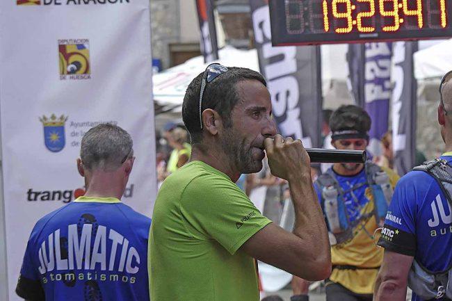 Los presentadores o 'speakers' (en la foto Agustín Bote) son los grandes animadores de la zona de meta. FOTOS GTTAP