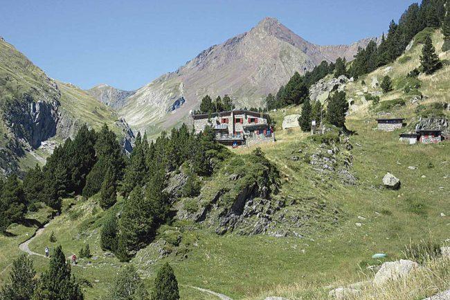 Refugio de Estós por el GR 11: refugio de Estós.