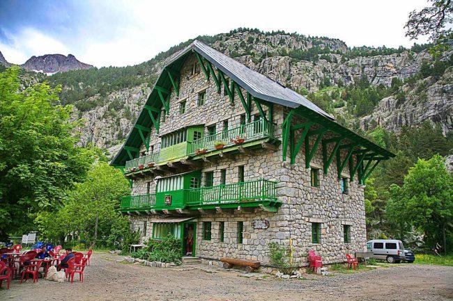Refugios de montaña a pie de carretera: Casa de Piedra.