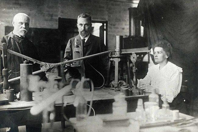 Construyendo la tabla periódica.. Bémont y los Curie. Wellcome Collection. CCB.
